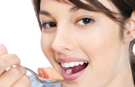 Lokmalarını daha çok çiğneyenler daha az kalori alıyor